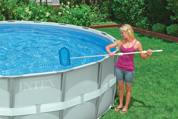 C mo cuidar y limpiar la piscina de pl stico megapiscinas - Como limpiar el fondo de una piscina ...