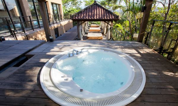 Jacuzzi para terraza stunning las piscinas y jacuzzis en for Mantenimiento jacuzzi exterior